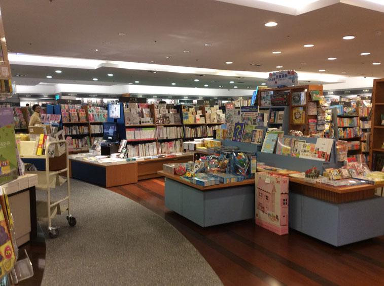 kinokuniya-bookshelves